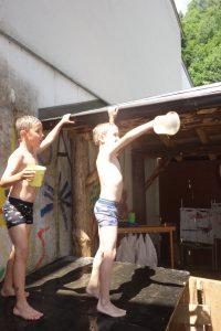 Jungs duschen mit PLANCOFIX LINE